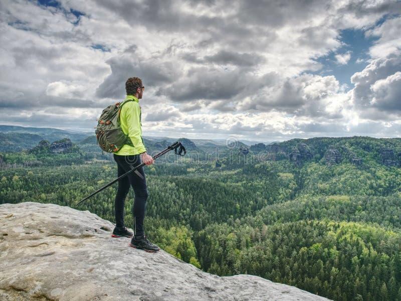 montagnes rocheuses de source Randonneur avec le support de sac à dos sur la roche photo stock