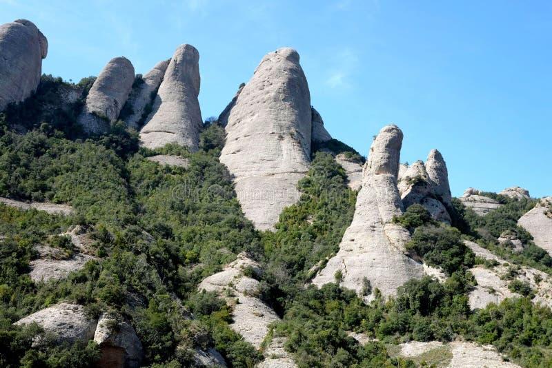 Montagnes rocheuses par beau temps au printemps près de l'abbaye de Montserrat photos libres de droits