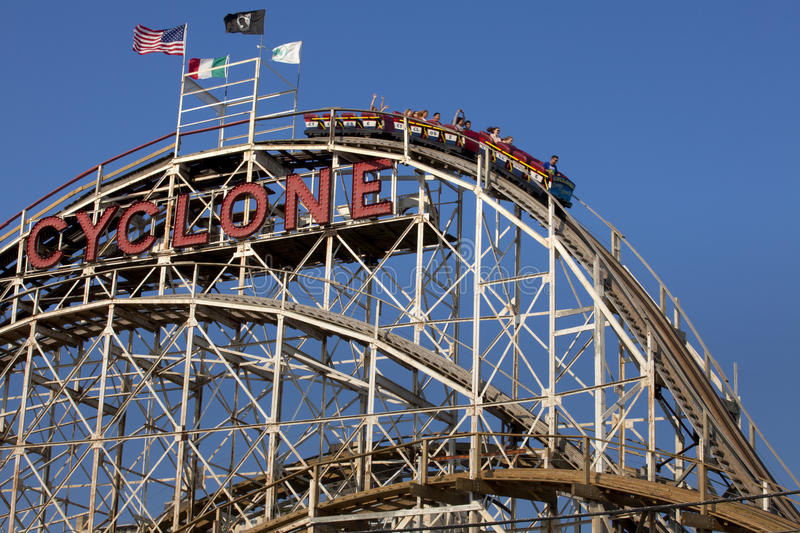 Montagnes russes en bois Coney Island, Brooklyn, New York City de cyclone célèbre photo stock