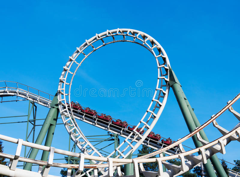 Montagnes russes sur le parc d'attractions en Hollande photos stock