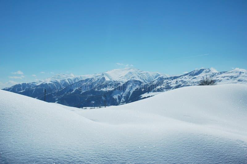 Montagnes sous la neige en hiver photos stock