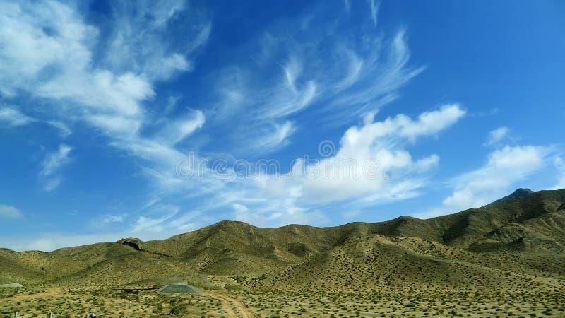 Montagnes sous le ciel bleu photos stock