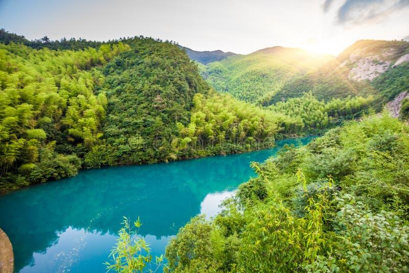 Montagnes sous le lac bleu image stock
