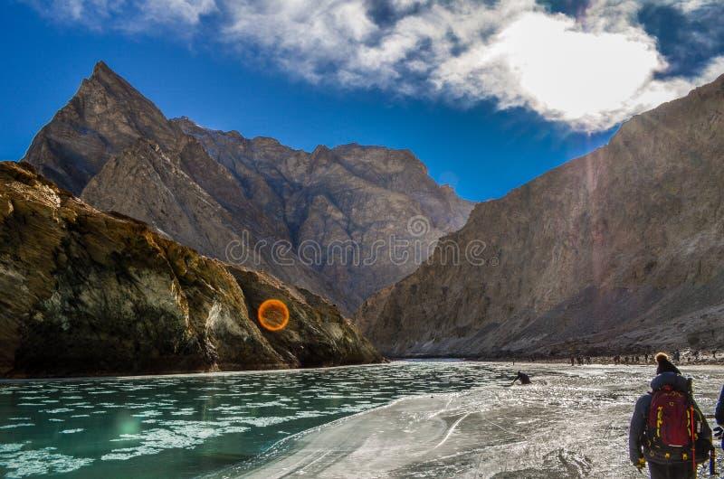 Montagnes stériles et rivière vivante images libres de droits