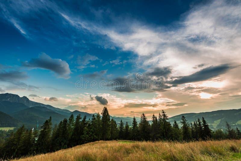 Montagnes stupéfiantes de Tatra à la vue de crépuscule de Zakopane photo libre de droits
