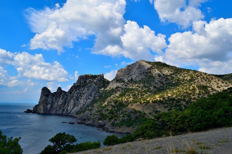 Montagnes sur la côte de la Mer Noire photographie stock