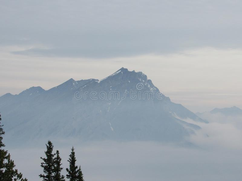 Montagnes sur le nuage photo stock