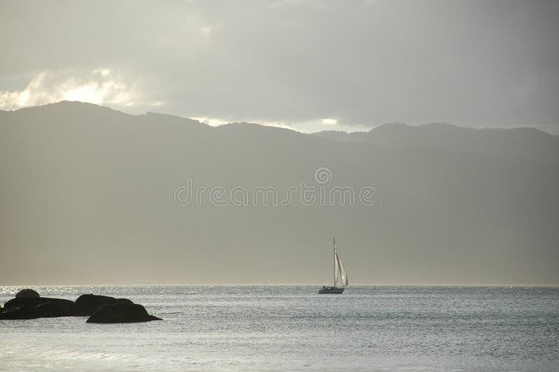 Montagnes surréalistes rêveuses de mer de navigation photos libres de droits