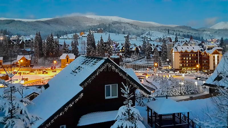 Montagnes ukrainiennes Carpathiens, station de sports d'hiver Bukovel, Noël photos stock
