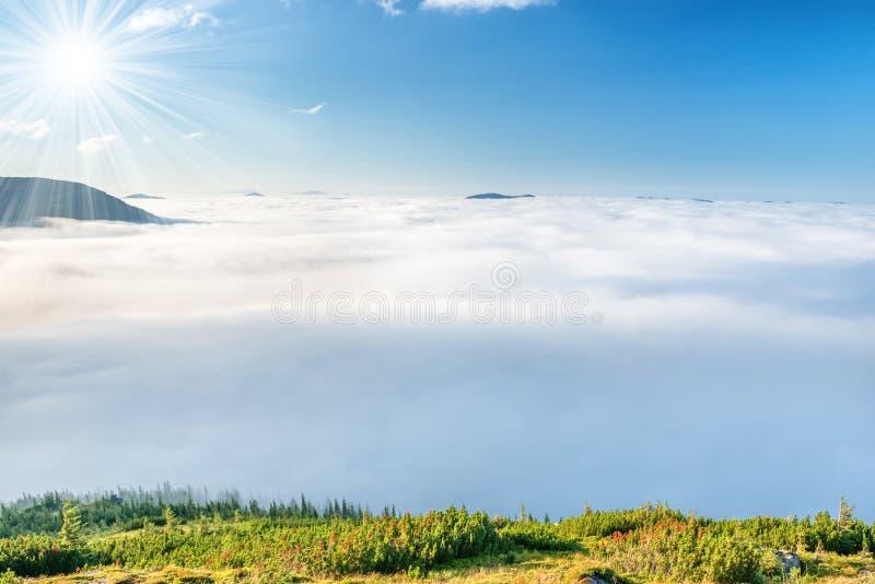 Montagnes vertes en nuages images stock