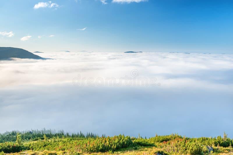 Montagnes vertes en nuages photographie stock libre de droits