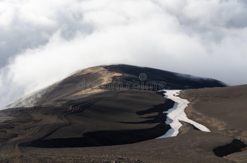 Montagnes volcaniques au-dessus des nuages photos libres de droits