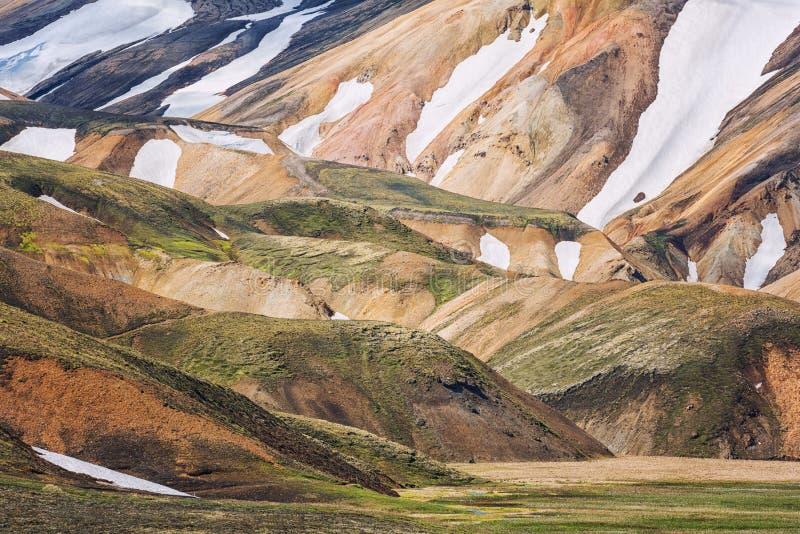 Montagnes volcaniques stupéfiantes Landmannalaugar dans la réserve naturelle de Fjallabak, Islande de couleur photos stock