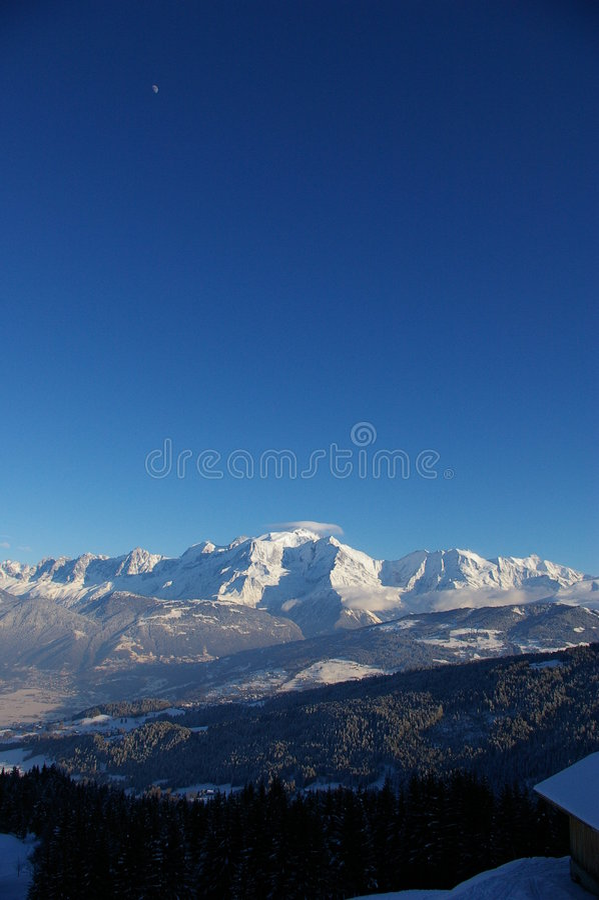 Montain com céu azul imagens de stock royalty free