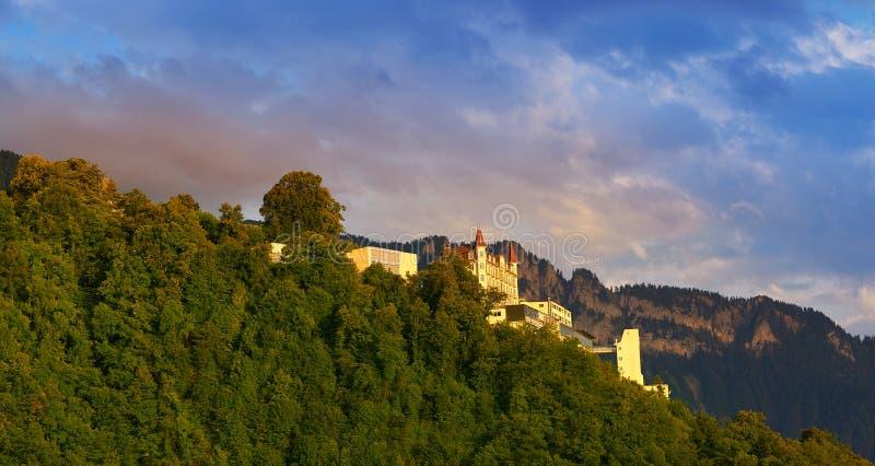 Montains de las montañas de Suiza en casas suizas fotografía de archivo libre de regalías