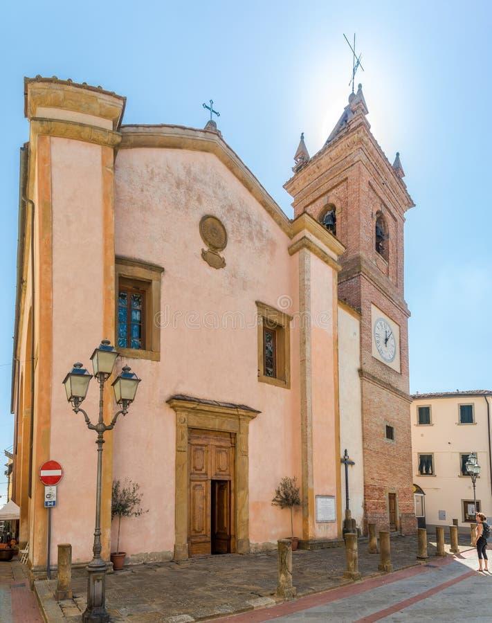 MONTAIONE ITALIEN - SEPTEMBER 21,2018 - sikt på kyrkan av San Regolo i Montaione Montaione är en comune i den italienska regionen arkivfoto