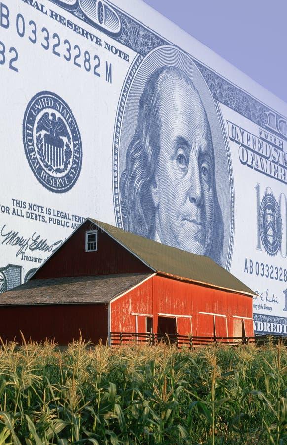 Montaje de la foto: Moneda americana, granero rojo y campo de maíz imagen de archivo libre de regalías