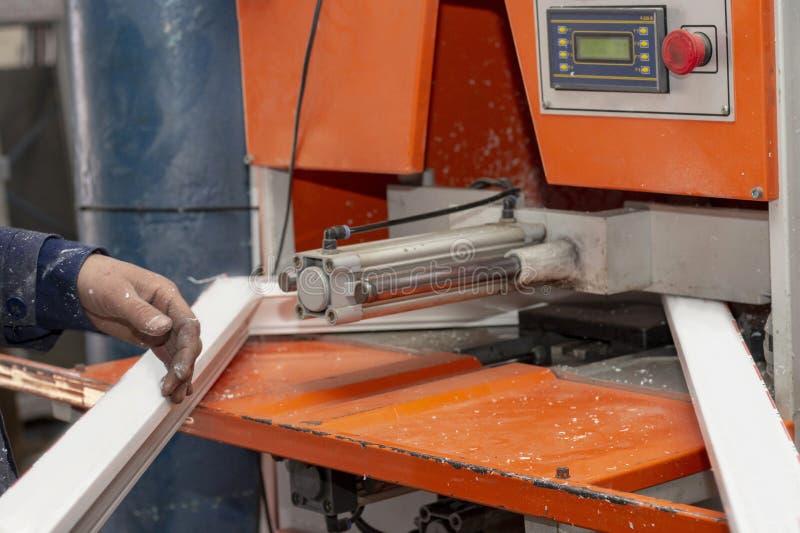 Montaje de la máquina de los bastidores de ventana plásticos en la fábrica fotografía de archivo