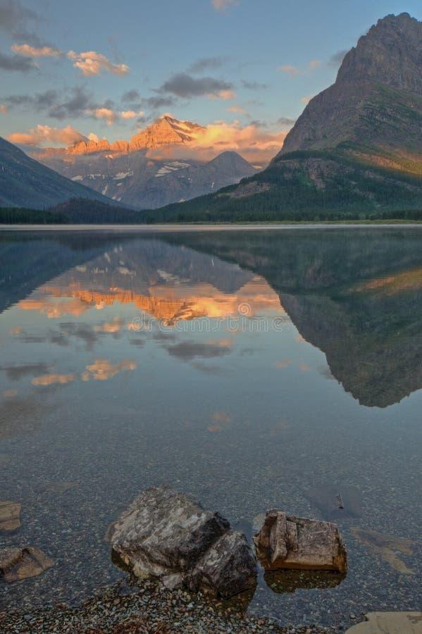 Montaje Gould que refleja en el lago Swiftcurrent fotos de archivo libres de regalías