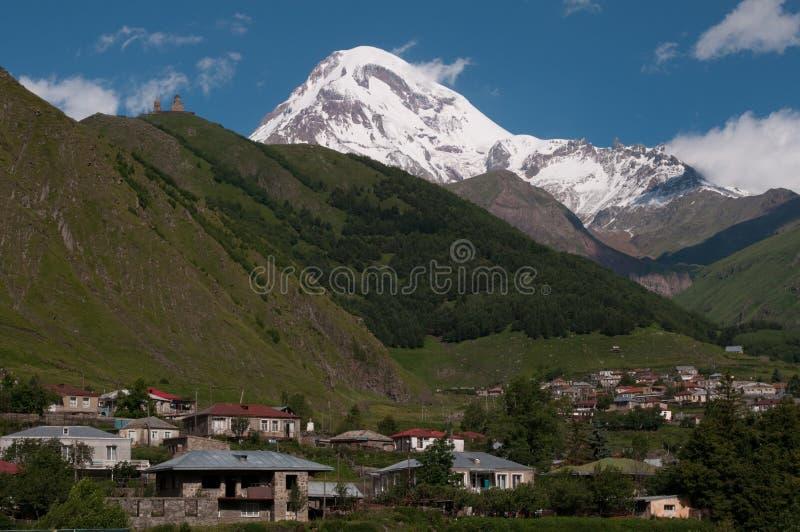 Montaje Kazbek e iglesia de trinidad de Gergeti foto de archivo libre de regalías