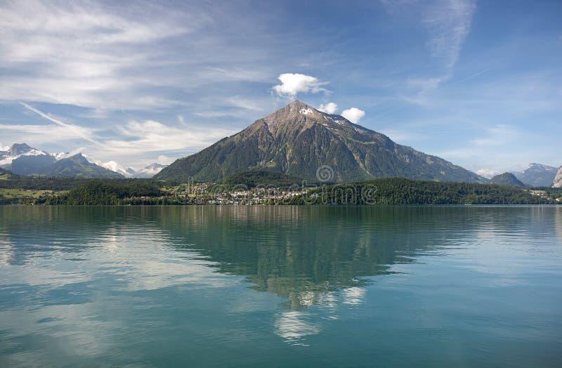 Montaje Niesen - la pirámide de Suisse fotos de archivo libres de regalías
