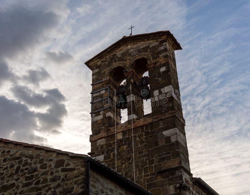 Montalcino, Toscânia, Itália/23 de julho de 2016/igreja no por do sol na vila medieval de Montalcino foto de stock royalty free