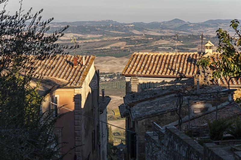 MONTALCINO, TUSCANY/ITALY: AM 31. OKTOBER 2016: Schmale Straße in der historischen Mitte von Montalcino-Stadt, ` Orcia, Toskana,  lizenzfreie stockbilder