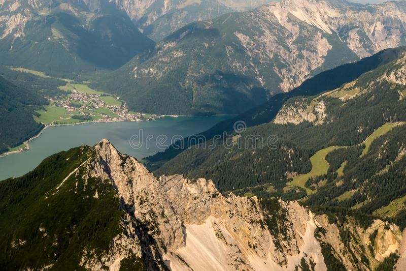 Download Montan@as imagen de archivo. Imagen de hermoso, destinación - 100529591