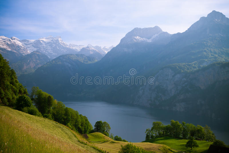Montan@as de Swisss y lago Luzerne de Morschach fotos de archivo