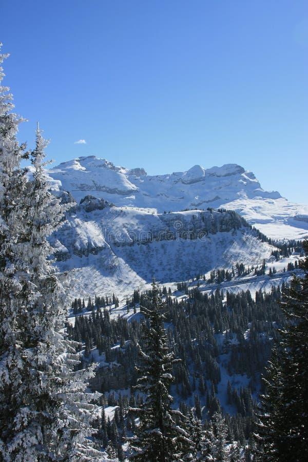 Montan@as magníficas del macizo bajo nieve imagen de archivo libre de regalías