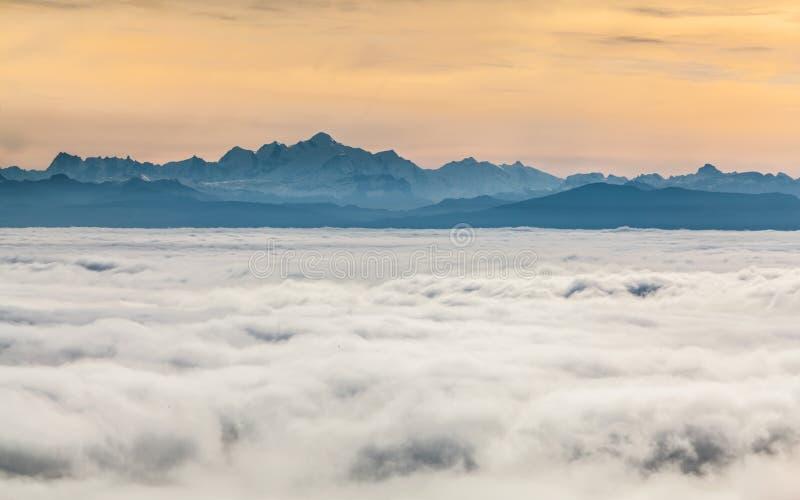 Montan@as suizas, sobre las nubes imágenes de archivo libres de regalías