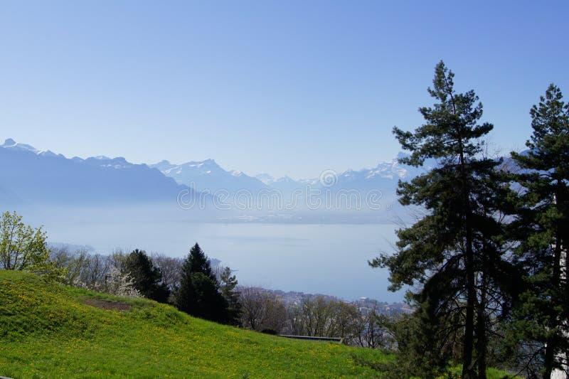 Montan@as y lago Ginebra fotos de archivo