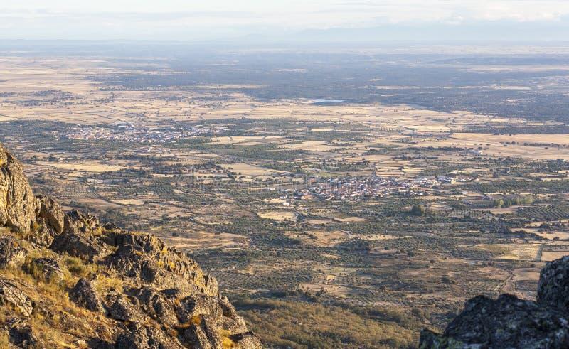 Montanchez从La Cogolla峰顶的山脉鸟瞰图  库存图片