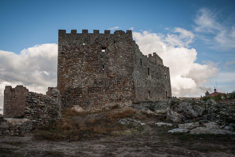 Montanchez城堡废墟在西班牙,与倒塌的墙壁和城垛的侧向看法 图库摄影
