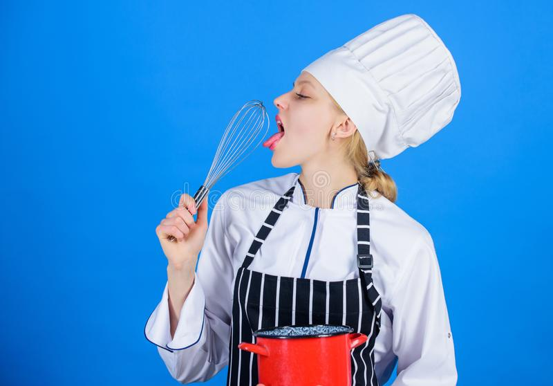 Montando come pro Ragazza in grembiule che monta le uova o crema Inizi lentamente a sbattere la montatura o battere della crema p immagini stock libere da diritti
