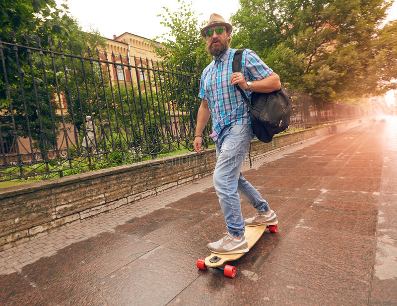 Montando no longboard nas ruas urbanas, ajuste do conceito do estilo de vida foto de stock royalty free