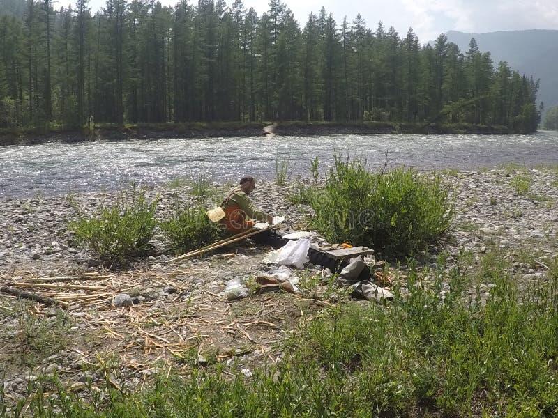 Montando o catamarã no rio Tisza nas montanhas de Sayan do leste em Buriácia fotos de stock royalty free