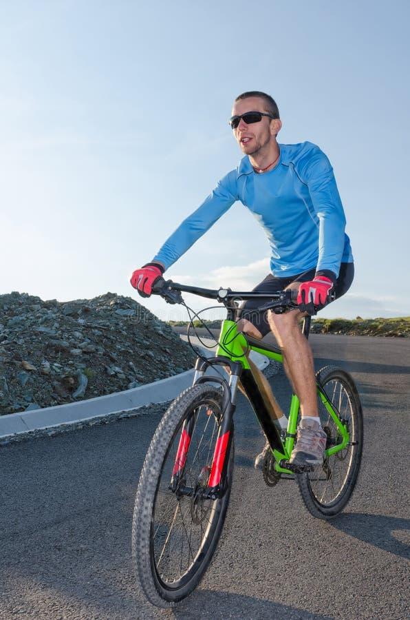 Montando o mountainbike fotos de stock royalty free