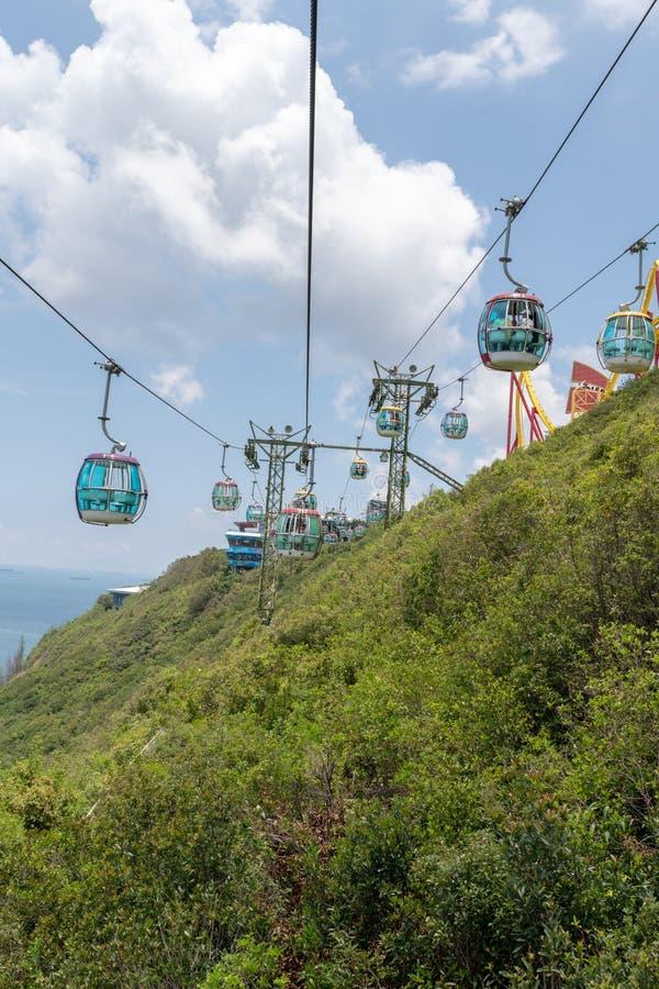 Montando o teleférico no parque Hong Kong do oceano, o dia suspendeu a montanha da gôndola fora foto de stock royalty free