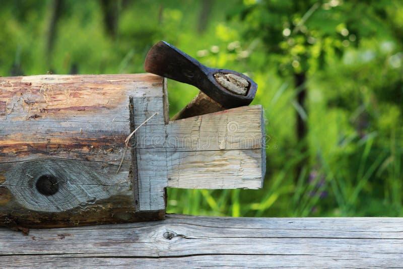 Montando um quadro de madeira e a construção de uma casa Rússia Textura de logs de madeira velhos, rebaixo no log para juntar-se  fotos de stock