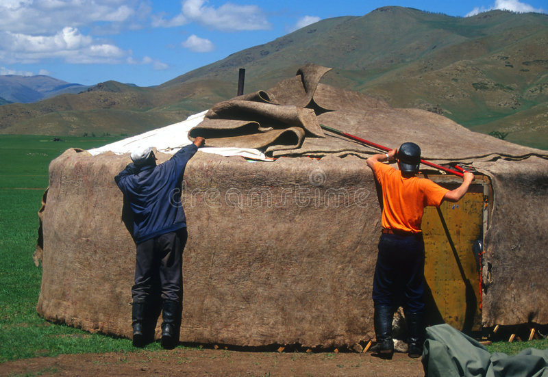 Montando um yurt, Mongolia foto de stock royalty free