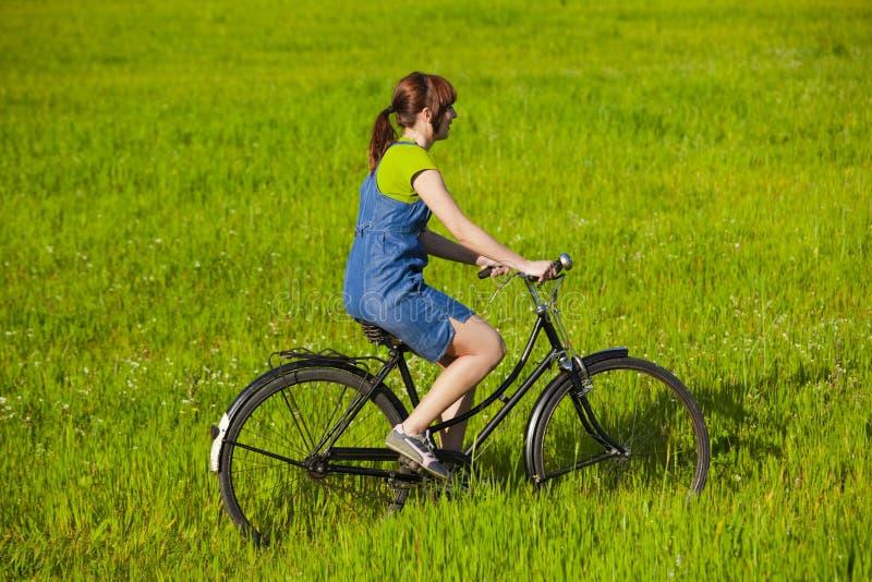 Montando uma bicicleta imagens de stock
