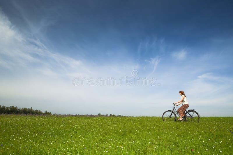 Montando uma bicicleta foto de stock royalty free