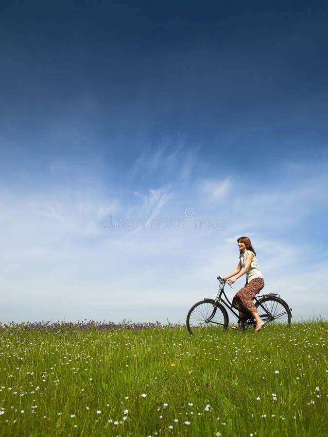 Montando uma bicicleta imagem de stock royalty free