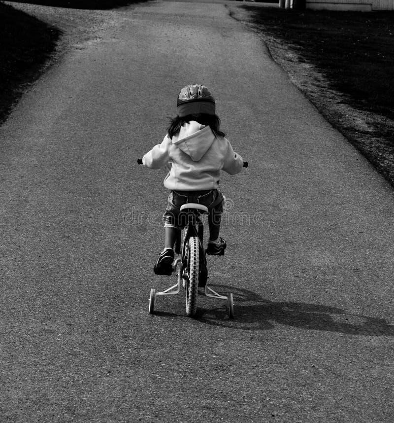 Montando uma bicicleta imagem de stock