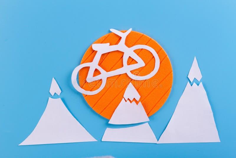 montando uma bicicleta nas montanhas fotografia de stock royalty free