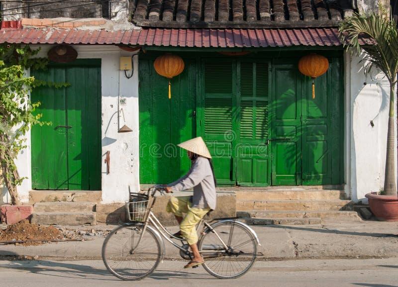Montando una bicicleta en Hoi, Vietnam fotos de archivo libres de regalías