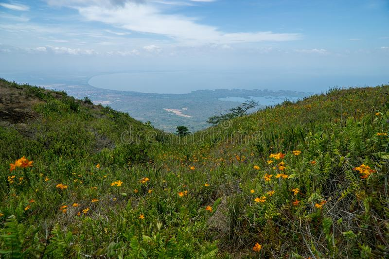 Montanhês com as flores que conduzem para baixo à vista do lago Nicarágua e das ilhas de Granada na floresta úmida de Mombacho fotos de stock royalty free