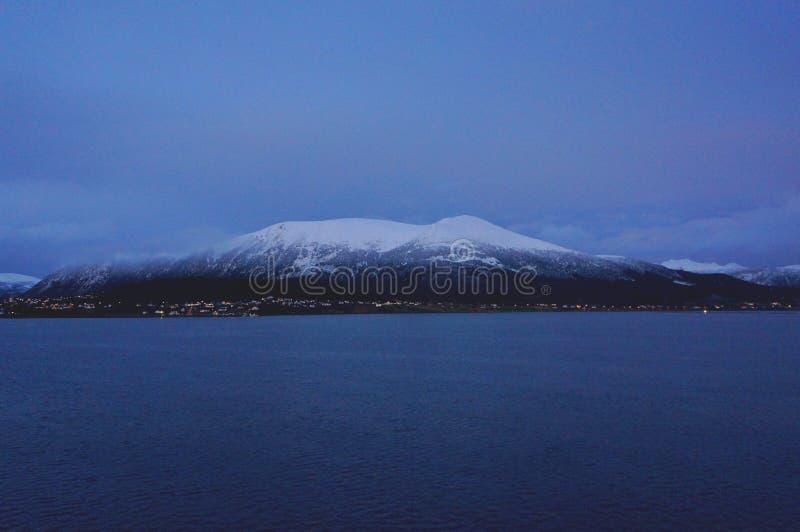 Montanha ártica fria da paisagem para as férias da lua de mel ou o inverno do divertimento que viajam para o papel de parede fotografia de stock