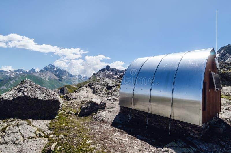 A montanha acampa abrigo livre do sono nos cumes piedmontese Itália, enfrentando a montagem Viso imagens de stock royalty free